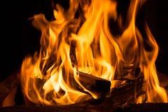 Obozowy ogień w nocy obraz royalty free