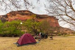 Obozujący obok scenicznych falez i krajobrazu przy majestatycznym golden gate średniogórzy parkiem narodowym, sławny podróży miej Zdjęcia Stock
