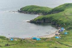 Obozujący przy obozowymi miejscami na plaży blisko Vladivostok, Rosja zdjęcie royalty free