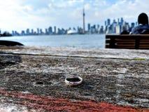 Obrączka ślubna na stołowym obszyciu Toronto linia horyzontu obraz royalty free