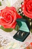Obrączek ślubnych i róż bukiet Fotografia Royalty Free