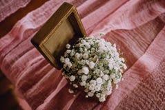 Obrączka ślubna białych kwiatów mały drewniany pudełko zdjęcie stock