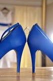 Obrączka ślubna między bridal butami Fotografia Stock