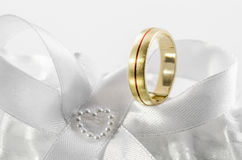 Obrączka ślubna na białym łęku 3 Zdjęcie Stock