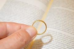 Obrączka ślubna na biblii książce Fotografia Stock