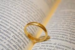 Obrączka ślubna na biblii książce Zdjęcia Royalty Free