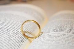 Obrączka ślubna na biblii książce Obrazy Royalty Free