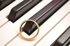 Obrączka ślubna na fortepianowej instrumentalnej muzyce Obraz Stock