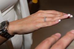 Obrączka ślubna na kobiety ręce, panna młoda seansu pierścionek na jej palcu fotografia stock