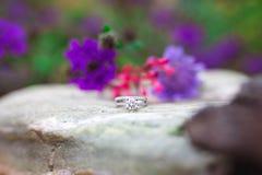 Obrączka ślubna na popielatej skale zdjęcie royalty free