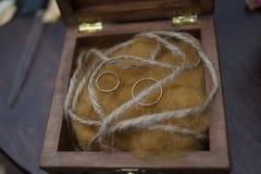 Obrączka ślubna w drewna pudełku Zdjęcie Stock