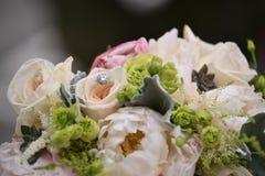 Obrączka Ślubna w kwiatach fotografia stock