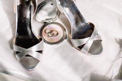 Obrączki ślubne, bukiet lawendowi i beżowi drużka buty zdjęcie stock