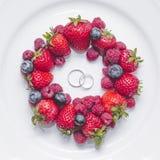 Obrączki ślubne dalej z świeżymi jagodami Obraz Royalty Free