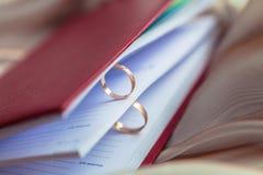 Obrączki ślubne dla kochanków na ślubie lub zobowiązaniu Obraz Royalty Free