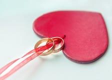 Obrączki ślubne dla kochanków na ślubie lub zobowiązaniu Zdjęcia Royalty Free