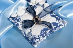 Obrączki ślubne i akcesoria na papierze Zdjęcia Royalty Free