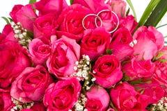 Obrączki ślubne i bridal bukiet odizolowywający nad whi Zdjęcie Royalty Free