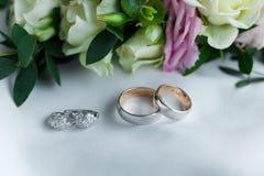 Obrączki ślubne i kolczyki od białego złota z gemstones kłamać zdjęcie stock