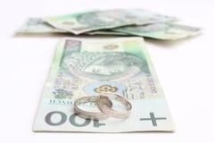 Obrączki ślubne i pieniądze na białym tle Fotografia Stock