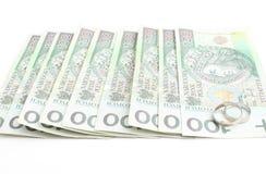 Obrączki ślubne i pieniądze na białym tle Zdjęcie Stock