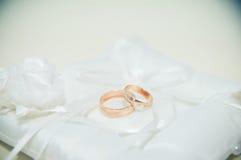 obrączki ślubne kłama na białej poduszce Obrazy Royalty Free