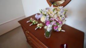 Obrączki ślubne kłama na bridal bukiecie zdjęcie wideo