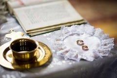 Obrączki ślubne na ślubnej ceremonii w kościół, ślubny cer Obraz Royalty Free