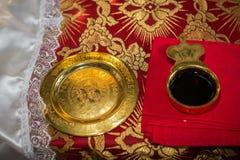 Obrączki ślubne na ślubnej ceremonii w kościelnej, ślubnej ceremonii, żołędzie Fotografia Stock