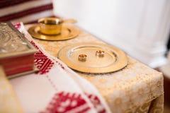 Obrączki ślubne na ślubnej ceremonii w kościelnej, ślubnej ceremonii, żołędzie Obraz Royalty Free
