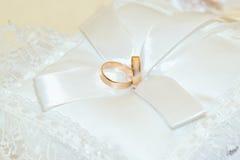 Obrączki ślubne na białej poduszce Fotografia Stock