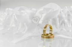 Obrączki ślubne na białym łęku 1 Obraz Stock