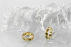 Obrączki ślubne na białym łęku 2 Fotografia Royalty Free