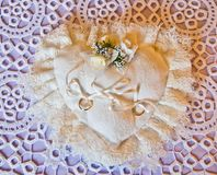 Obrączki ślubne na białym poduszka bielu obrazy royalty free