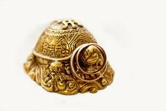 Obrączki ślubne na brązowym posążku żółwie zdjęcia royalty free