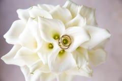 Obrączki ślubne na bukiecie kwiaty obraz stock