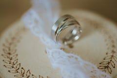 obrączki ślubne na dekorującym drewnie Zdjęcia Royalty Free