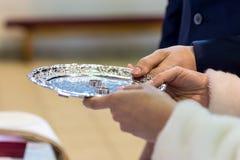 Obrączki ślubne, obrączki ślubne na dniu ślubu fotografia stock