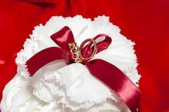 Obrączki ślubne na kolorowej tkaninie Zdjęcie Stock