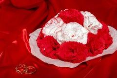 Obrączki ślubne na kolorowej tkaninie Obrazy Royalty Free