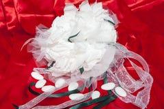 Obrączki ślubne na kolorowej tkaninie Zdjęcia Stock