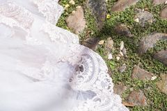 Obrączki ślubne na koronkowej przesłonie fotografia stock