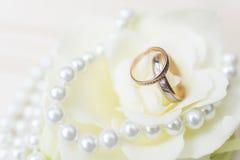 Obrączki ślubne na kwiacie z perłami Fotografia Stock