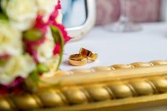 Obrączki ślubne na pianinie Zdjęcia Royalty Free