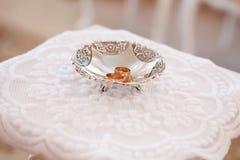 Obrączki ślubne na srebnym talerzu Fotografia Royalty Free