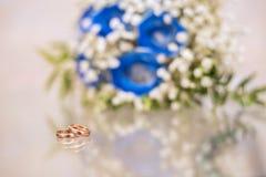 Obrączki ślubne na stole obraz royalty free
