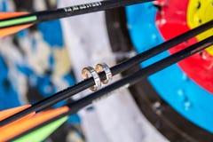 Obrączki ślubne na strzała łęku zbliżenie Obraz Stock
