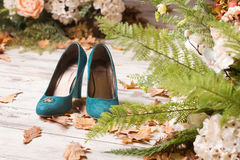 Obrączki ślubne na zielonych zamszowy butach Fotografia Royalty Free