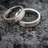 Obrączki ślubne nad kamieniem Zdjęcie Royalty Free