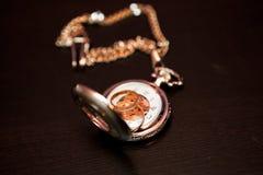 Obrączki ślubne są na zegarku Obrazy Stock